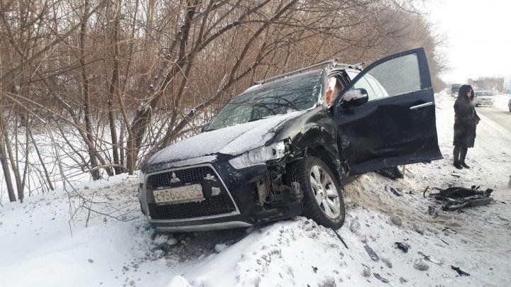 «Форд» выбросило на встречную полосу на Толмачёвской: одну пострадавшую увезли на скорой