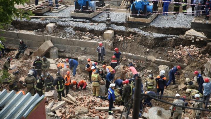 Спасатели подвели окончательные итоги поиска людей под обломками рухнувшей стены на Ударной