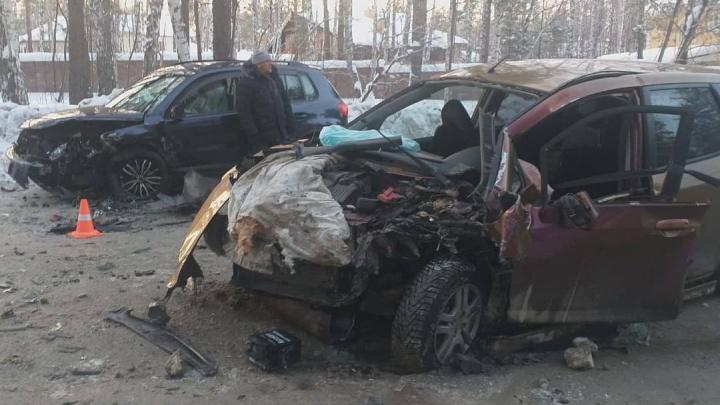 На Мочищенском шоссе в автомобиле зажало женщину: на видео попало скопление скорых возле места ДТП