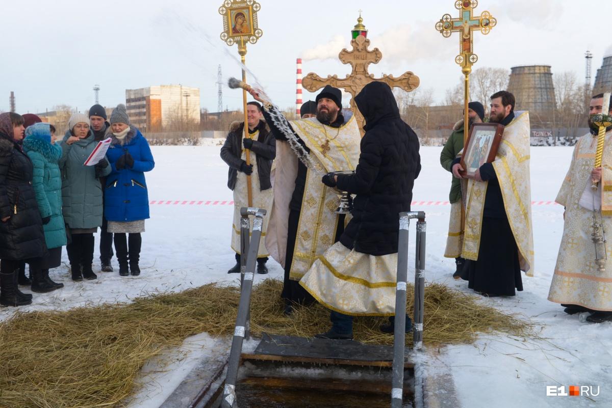 Ну, с Богом: екатеринбуржцы открыли крещенские купания на Визовском пруду