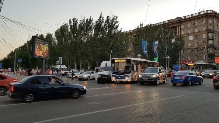 В центре Волгограда столкнулись шаттл с болельщиками ЧМ-2018 и маршрутка