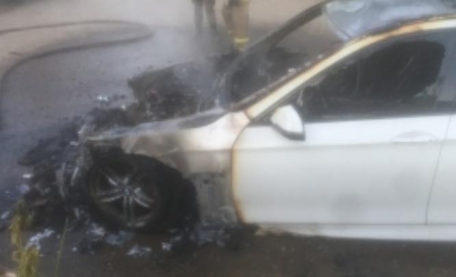 BMW сгорел за 20 минут: в Ярославле ночью подожгли машину