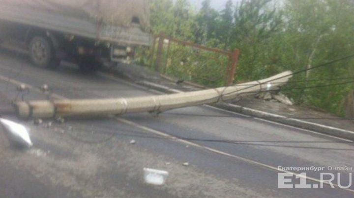 Коммунальщики Первоуральска заплатят 755 тысяч рублей за упавший на машину фонарный столб