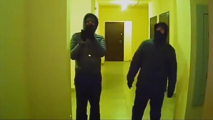 «А потом всё вынесут»: жильцы многоэтажки заметили в подъезде двух людей с замотанными лицами