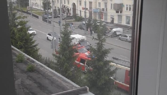 К зданию суда в центре Екатеринбурга стянули пожарные машины