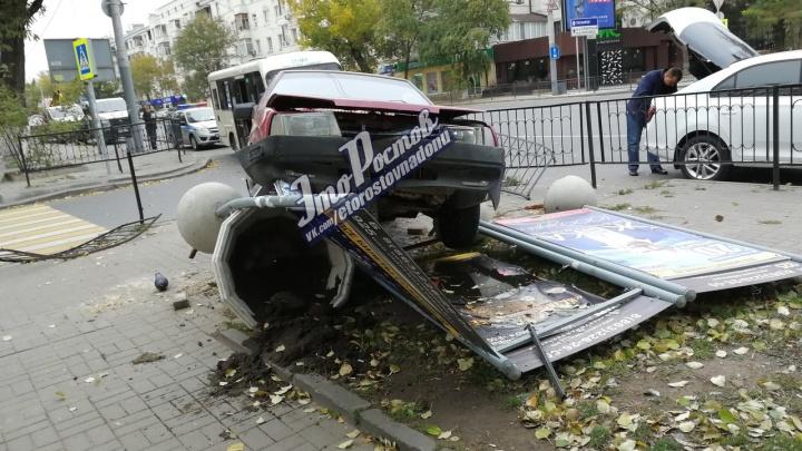 Недоброе утро: в Ростове машина протаранила рекламный баннер