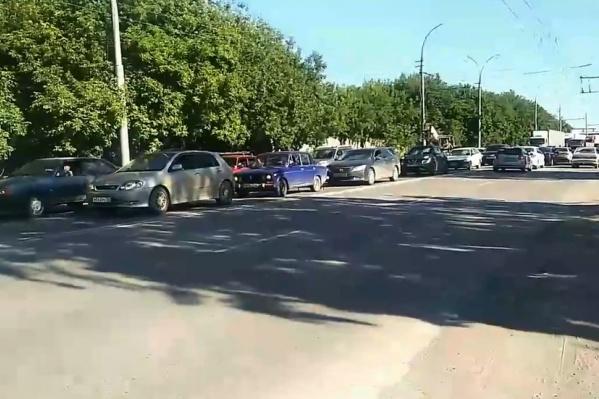 По словам автора видео, при отремонтированном светофоре заторы на 2-й Станционной увеличились