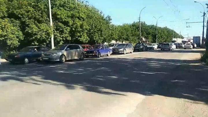 На Большой наконец починили светофор — пробки стали ещё длиннее