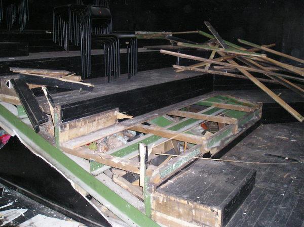 Сцену Коляда-театра, когда он был на Ленина, 69, разрубили топором