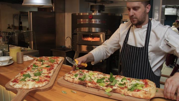 На улице Ленина открылось кафе с прямоугольной пиццей из двух печей