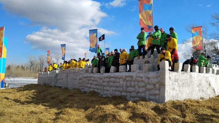 Сотня казаков устроила массовый штурм снежной крепости. Гулянья из Сухобузимо перенесли на Татышев