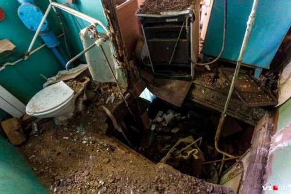 После обещания поставить унитазы вместо разбитых при обрушении испарились и УК, и чиновники