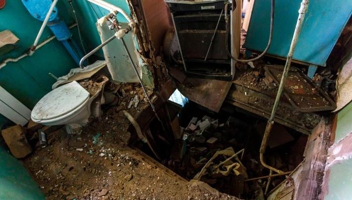 Жильцы дома с рухнувшими потолками в Волгограде с надеждой смотрят в небо через новые щели