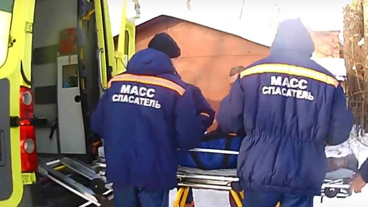 Спасатели вынесли со льда Оби рыбака с подозрением на инсульт