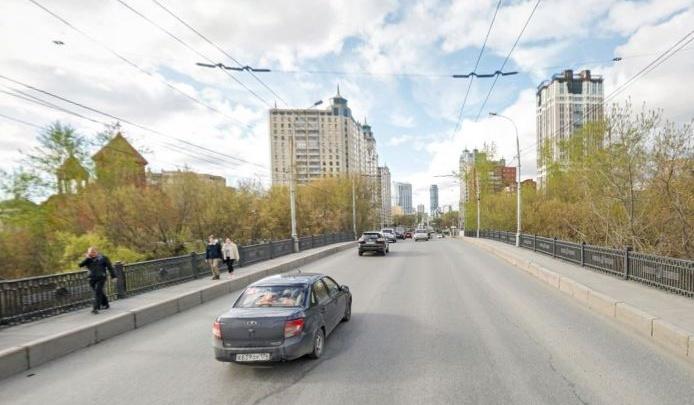 Мост в Екатеринбурге закроют, чтобы проверить на прочность