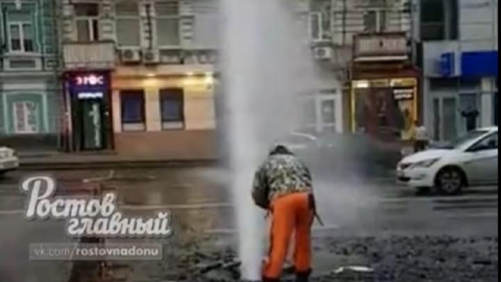 В Ростове на Буденновском забил коммунальный гейзер