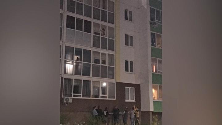 28-летняя тюменка, грозившая спрыгнуть с третьего этажа, числилась в розыске как без вести пропавшая