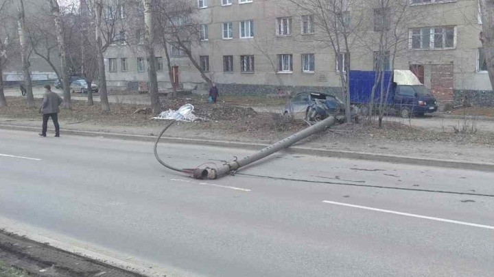 На Старой Сортировке водитель иномарки уронил фонарный столб на дорогу