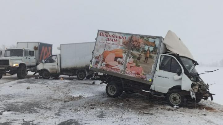 Капоты всмятку: в Самарской области на трассе столкнулись несколько грузовиков