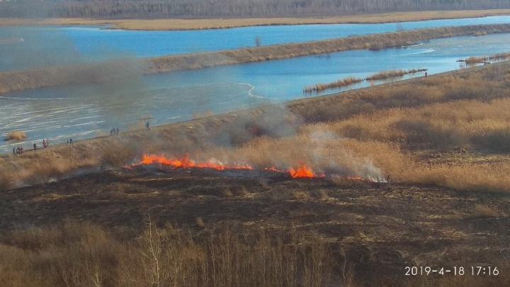 «Там дети играли, а потом всё загорелось»: на Лесобазе тушили пожар площадью в гектар