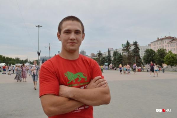 Сергею 21 год, и он промышленный альпинист