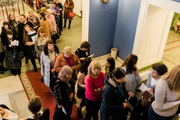 Вчера очередь за билетами заняла лестницу и фойе театра