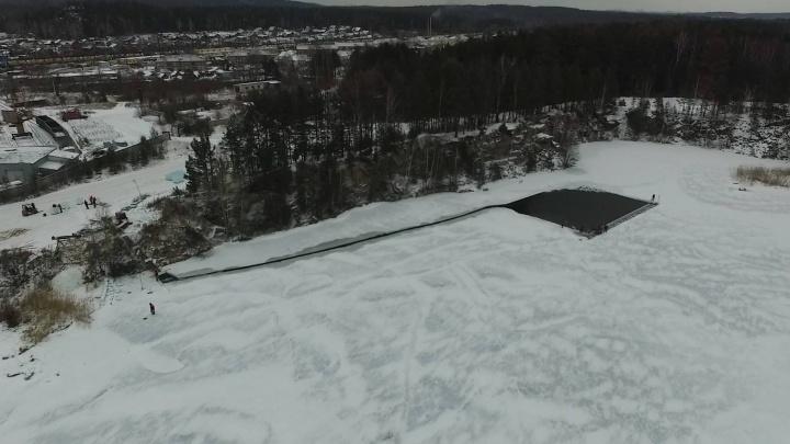 Смотрим сверху: летающая камера сняла заготовку льда для екатеринбургского новогоднего городка