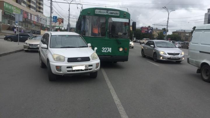 Троллейбус с пассажирами попал в аварию на Кирова