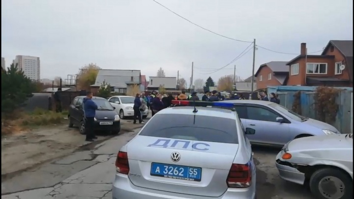 Жители посёлка Рыбачий перекрыли дорогу из-за того, что через него пустили поток машин
