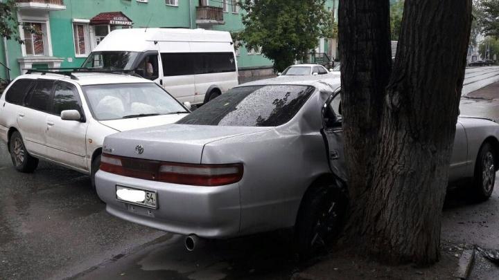 Авария на Станиславского: «Тойоту» выбросило в дерево на тротуар
