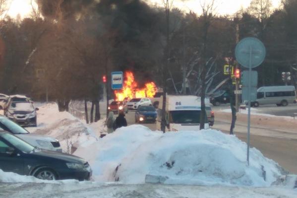 Маршрутка загорелась возле оживлённого перекрёстка