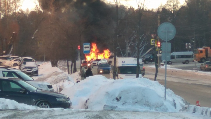 От салона ничего не осталось: в центре Челябинска сгорела маршрутка