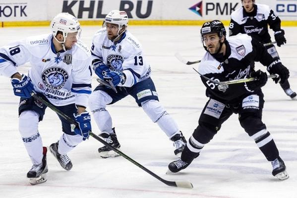 Раньше Ник Бэйлен (справа) играл за Минск, а теперь является одним из лидеров Челябинска