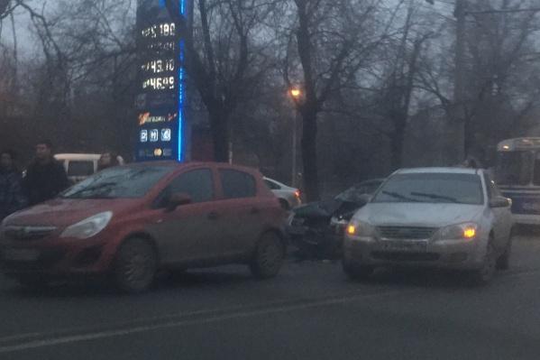 Автомобили, по словам очевидцев, столкнулись на улице Ватутина