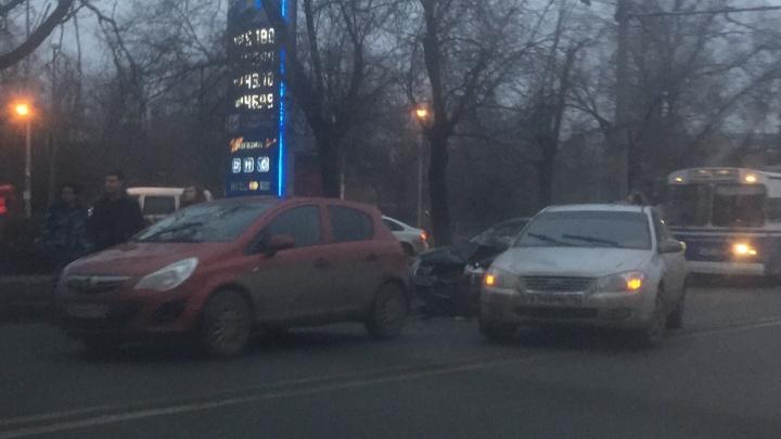 Авария в Краснооктябрьском районе Волгограда держит автомобилистов в утренней пробке