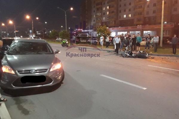 Авария произошла, когда мотоциклист въехал в иномарку на огромной скорости