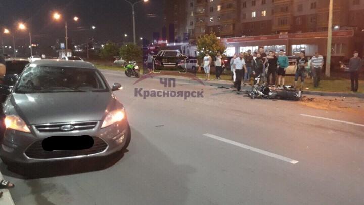Мотоциклист гонял по Молокова, нарушая правила, столкнулся с машиной и погиб. Видео