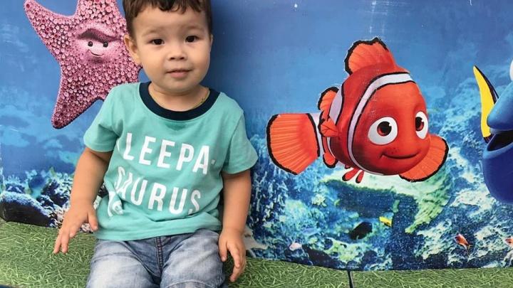 «На нас показывают пальцем»: безухого ребёнка из Уфы берутся оперировать в Калифорнии