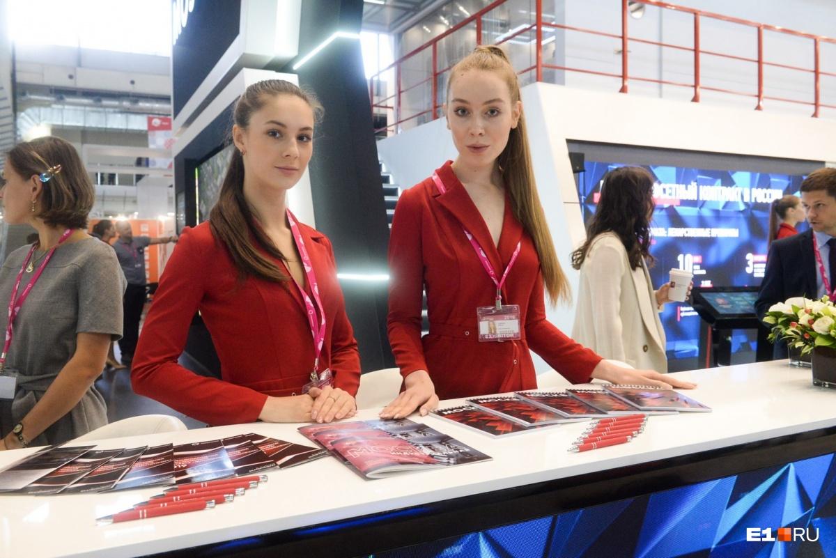 Много красивых девушек работает на стенде московских представителей