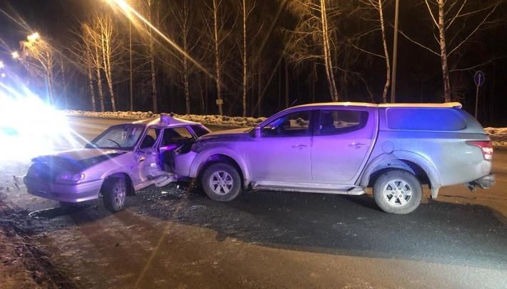 Авария на Вторчермете, где пенсионер подставил автомобиль с тремя детьми под внедорожник, попала на видео