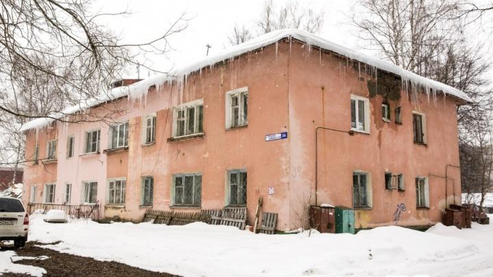 В Ярославле электрик упал с чердака в старом доме, провалившись сквозь гнилые перекрытия