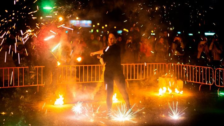 Огненная кульминация: самые яркие снимки омского файер-шоу