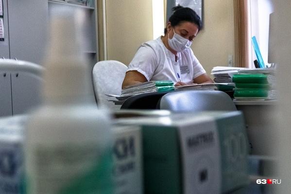 Перед прививкой нужно посетить лечащего врача и получить от него направление на вакцинацию