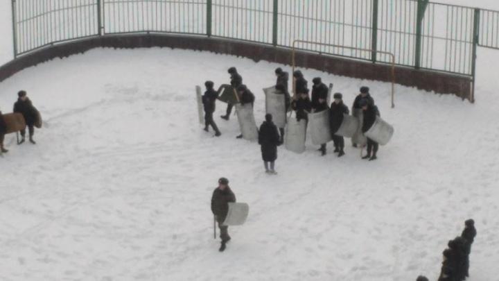 Из-за занятий кадетского класса с щитами и дубинками в пермской школе назначили служебную проверку