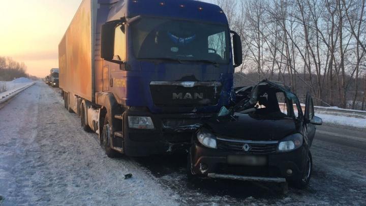 От удара смяло полсалона: на трассе в Самарской области женщина за рулём Renault влетела в фуру