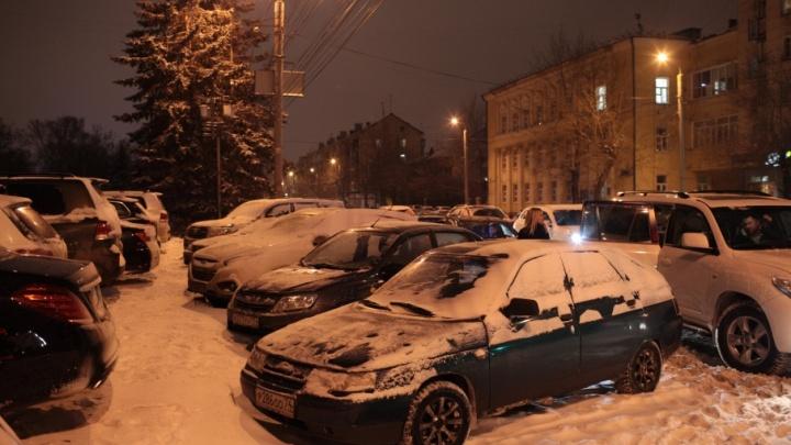 В Челябинске задержали мужчину, бившего стёкла машин во дворе
