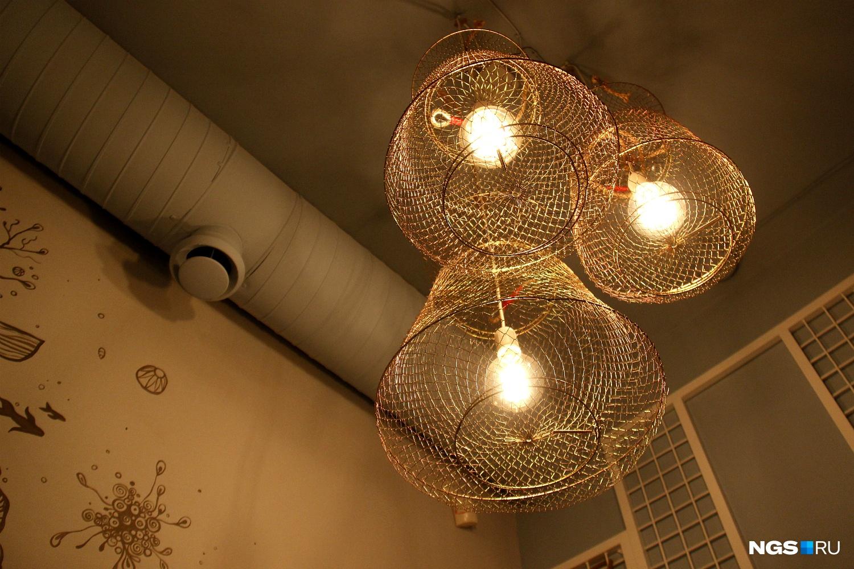 Светильники сделаны из сеток для рыбы