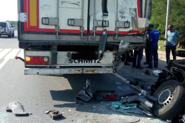Водителя и пассажира микроавтобуса после аварии спасти не удалось