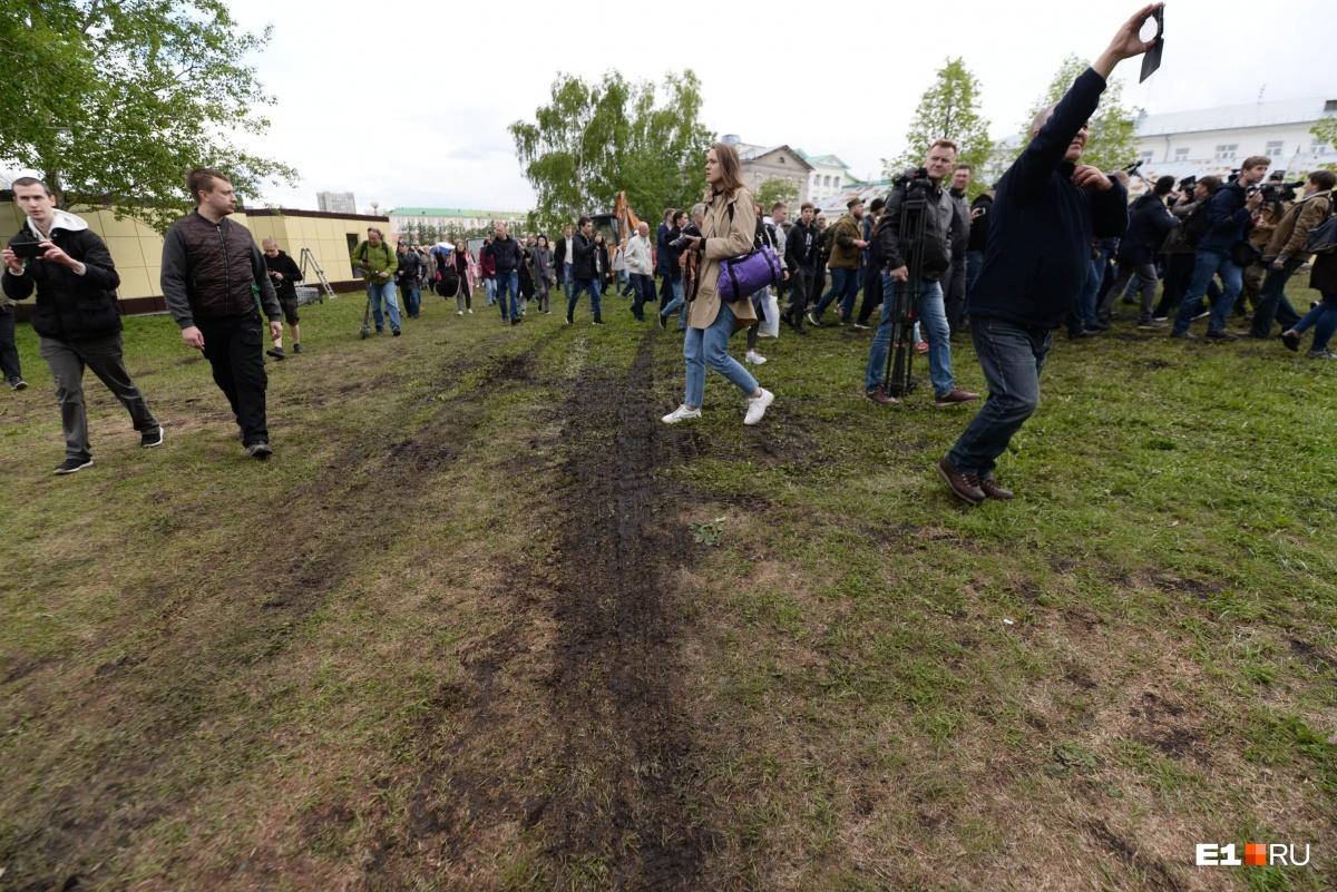 Людей впервые с понедельника пустили за забор. Часть газона там пострадала, но строительных работ не началось
