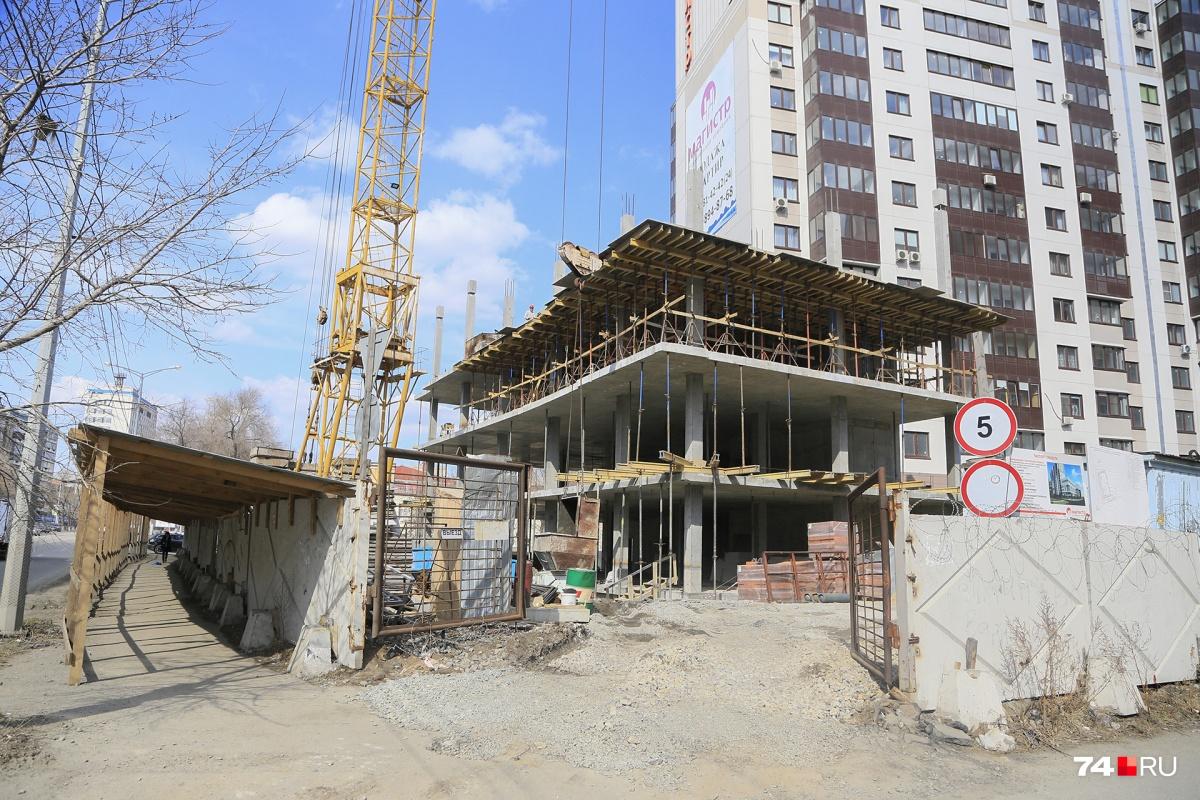 На этом месте должен был появится двухэтажный велнес-центр, а вырастет частная школа в пять этажей